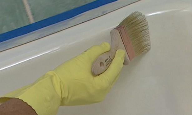 Нанесение эмали на ванну кистью